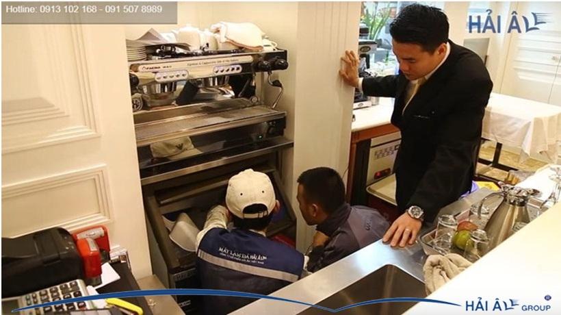Đội kỹ thuật Hải Âu bảo trì máy làm đá cho khách hàng