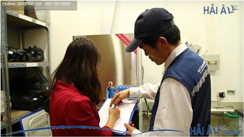 Nhân viên kỹ thuật Hải Âu Group bảo trì máy làm đá tại nhà khách hàng
